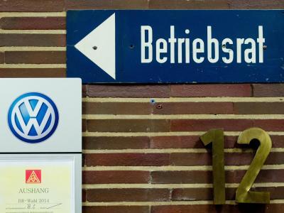 Ein Hinweisschild «Betriebsrat» und das Logo von Volkswagen hängen im VW-Werk in Wolfsburg. Foto: Julian Stratenschulte/Illustration