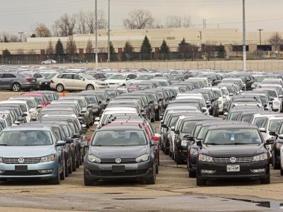 Mehrere tausend gebrauchte VW-Diesel-Fahrzeuge auf dem bisher ungenutzten Parkplatz des Silverdom-Stadions in Pontiac. Die Fahrzeuge hatte VW im Rahmen des Abgas-Skandals zurückgekauft. Foto: Jim West/Archiv