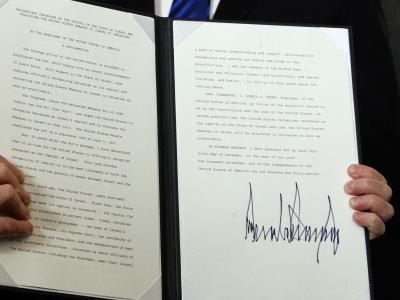 Donald Trump zeigt die frisch unterschriebene Proklamation, in der er Jerusalem als die Hauptstadt Israels anerkennt. Foto:Evan Vucci