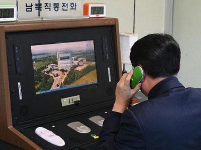 Ein südkoreanischer Regierungsbeamter prüft in Paju die direkte Kommunikationsleitung nach Nordkorea in das Grenzdorf Panmunjom. Foto: YNA