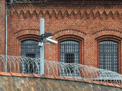 Vergitterte Fenster der Justizvollzugsanstalt Plötzensee in Berlin. Foto: Paul Zinken