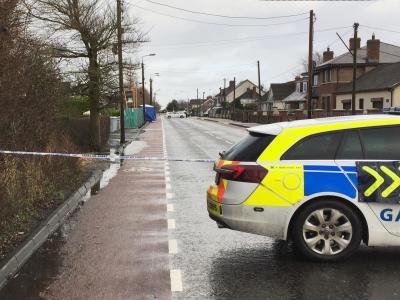 Ein Polizeifahrzeug vor dem Schauplatz der Messerattacke im irischen Dundalk. Foto: David Young