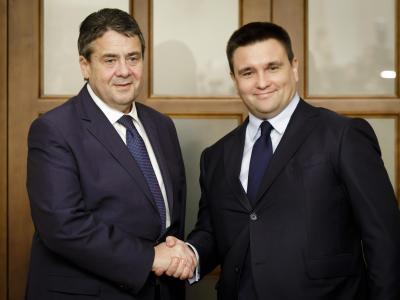 Bundesaußenminister Sigmar Gabriel (l) trifft in Kiew seinen ukrainischen Amtskollegen Pawel Klimkin. Foto: Inga Kjer, photothek.net/dpa