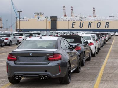 Neuwagen stehen auf einem Autoterminal in Bremerhaven zur Verschiffung bereit. Foto: Ingo Wagner