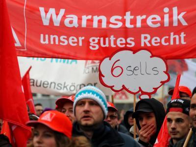 Teilnehmer einer Kundgebung der IG Metall demonstrieren in Nürnberg. Foto: Daniel Karmann