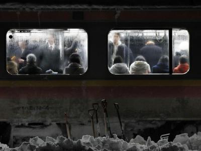 Die Fahrgäste hatten Glück im Unglück: Licht und Heizung funktionierten. Foto: Kyodo