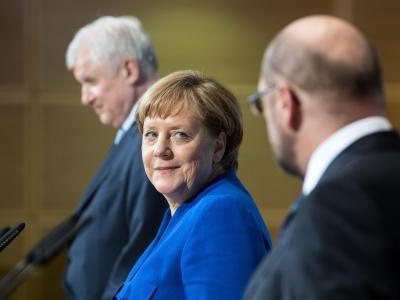Horst Seehofer (l-r), Angela Merkel und Martin Schulz präsentieren die Ergebnisse der Sondierungen. Foto: Bernd von Jutrczenka