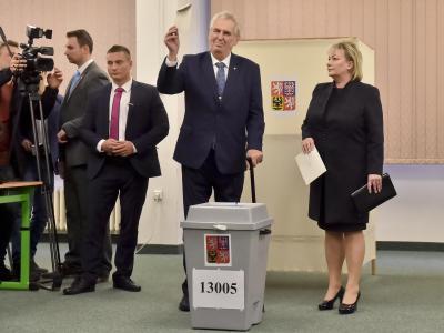 Der tschechische Präsident Milos Zeman gibt in einem Wahllokal in Prag seine Stimme ab. Foto: Vít ?imánek/CTK