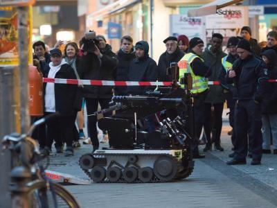 Ein Sprengstoffroboter vor der Bankfiliale in Berlin-Steglitz. Foto: Georg Moritz