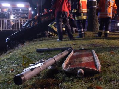 Rettungskräfte ziehen in Westrhauderfehn ein Auto aus einem Kanal, in dem ein 14- und ein 15-Jähriger ums Leben kamen. Foto: TNN