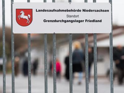 Schild am Eingangstor zum Grenzdurchgangslager im niedersächsischen Friedland. Foto: Swen Pförtner