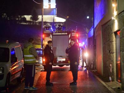 Polizisten nach dem Brand in Vila Nova da Rainha nördlich vonLissabon. Foto: Sergio Azenha