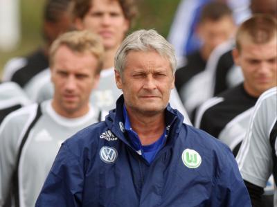 Trainer Armin Veh geht mit der Mannschaft des VfL zum Training.