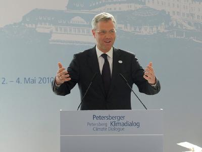 Umweltminister Röttgen spricht beim Petersberger Klimatreffen in Königswinter.
