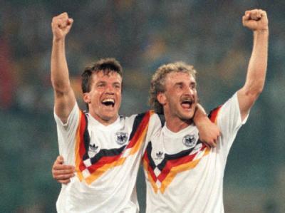 Lothar Matthäus (l) und Rudi Völler strecken jubelnd eine Faust hoch. Die deutsche Fußballnationalmannschaft gewinnt im Olympiastadion von Rom das Endspiel der Fußball-WM gegen Argentinien mit 1:0 (Archivfoto vom 08.07.1990).