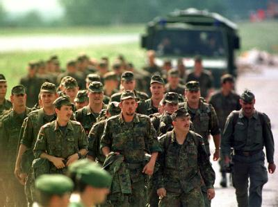 Eine Pionier-Einheit marschiert zu ihrem Einsatz am Oderdeich. (Archivbild) Die Junge Union will, dass der Verteidigungsbegriff weiter gefasst wird.