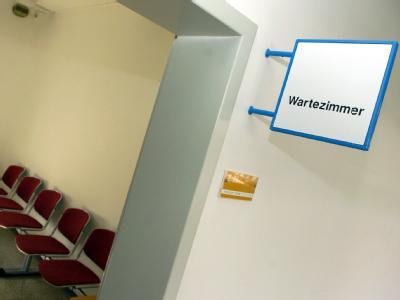 Die Ärzte wehren sich gegen Strafen bei langen Wartezeiten für Kassenpatienten.