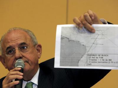 Der brasilianische Verteidigungsminister Nelson Jobim zeigt eine Karte mit der Absturzstelle. Was dort genau passierte, ist völlig unklar.