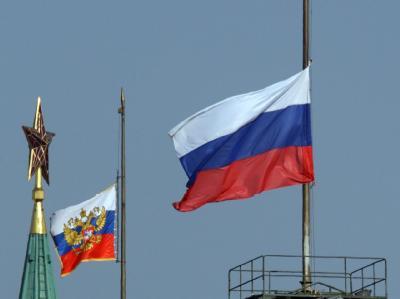Über dem Kreml wehen die Flaggen auf Halbmast.