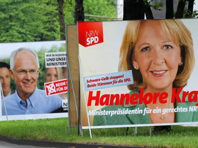 Wahlplakate der SPD mit der Spitzenkandidatin Kraft (r) und Ministerpräsident Rüttgers (CDU) stehen in Köln am Straßenrand.