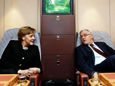 Bundeskanzlerin Merkel und der damalige Außenminister Steinmeier reisten in Zeiten der großen Koalition regelmäßig in einem Flugzeug. (Archivbild)