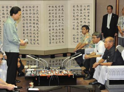 Der japanische Ministerpräsident Yukio Hatoyama (l) unterrichtet Okinawas Gouverneur Hirokazu Nakaima (r) über seine neuen Pläne.