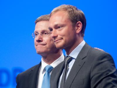 FDP-Chef Westerwelle und Generalsekretär Lindner (r) stärken Wirtschaftsminister Brüderle demonstrativ den Rücken.