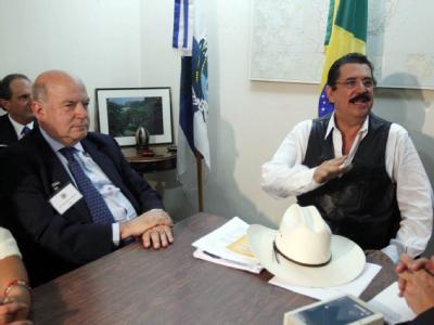 Der Generalsekretär der Organisation Amerikanischer Staaten, Jose Miguel Insulza (l), und Manuel Zelaya bei Verhandlungen in der brasilianischen Botschaft in Tegucigalpa.