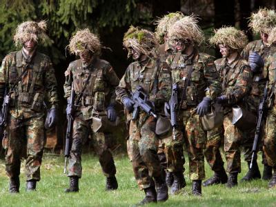Viele Freiwillige der Bundeswehr bleiben nicht bei der Truppe. Verteidigungsminister de Maizière sieht dennoch keine Rekrutierungsschwierigkeiten. Foto: Frank May/Archiv