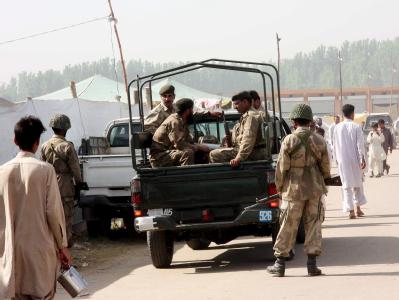 Eine Armeepatrouille in Mardan. In der nordwestpakistanischen Stadt hat sich ein jugendlicher Selbstmordattentäter in einem Trainingszentrum der Armee in die Luft gesprengt. (Archivbild)