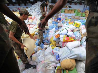 Pakistanische Soldaten laden in Lahore Hilfsgüter af Lastwagen. Nach neuen Schätzungen brauchen acht Millionen Menschen dringend Hilfe.
