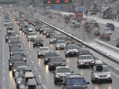 Dichter Verkehr auf Autobahn