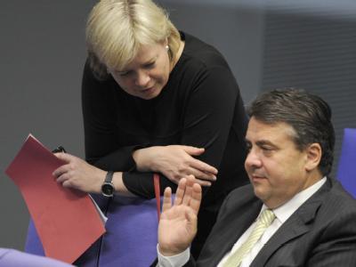 SPD-Chef Sigmar Gabriel und die Co-Vorsitzende der Linken, Gesine Lötzsch, im Plenarsaal des Bundestages (Archivbild). Gabriel schließt eine Koalition mit der Linkspartei auf Bundesebene aus.
