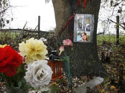 Blumen und Bilder erinnern an einem Feldweg in Rees an den Mord an der 20-jährigen Gülsüm. (Archivbild)