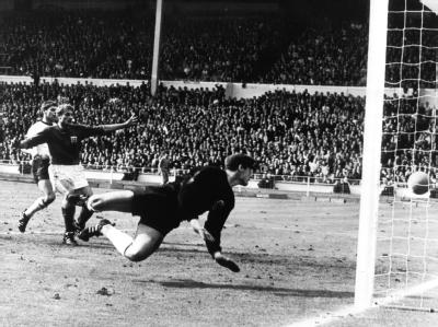 Das Wembley-Tor von 1966: Der deutsche Torhüter Hans Tilkowski (vorn) schaut sich im Hechten um. Der Linienrichter hatte den Ball hinter der Linie gesehen.