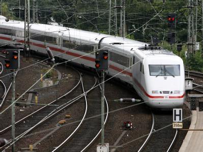 Brandanschlag  auf die Bahnstrecke zwischen Berlin und Hamburg. Nach Angaben der Bahn werden die Störungen vermutlich den ganzen Tag andauern. Foto: Maurizio Gambarini