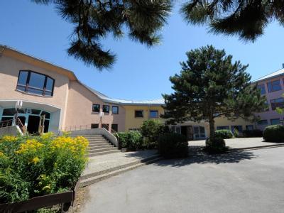 Die Schulgebäude der wegen Schweinegrippe geschlossenen Freien Waldorfschule in Mannheim. An immer mehr Schulen beginnen die Sommerferien wegen der Schweinegrippe ein paar Tage eher.
