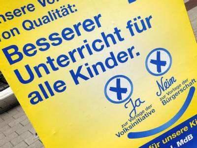 Ein Plakat weist in Hamburg auf den Volksentscheid für die Schulreform hin.