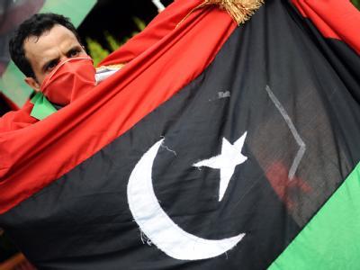 Gaddafi-Gegner mit Rebellen-Flagge. Der Übergangsrat ist überzeugt, den libyschen Machthaber bald stürzen zu können.