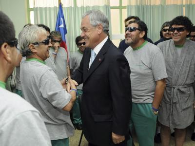 Der chilenische Präsident Sebastián Piñera besucht die geretteten Bergleute im Krankenhaus.