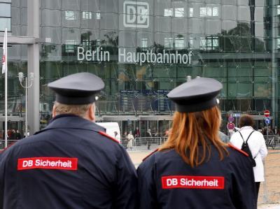 Sicherheitspersonal vor Berliner Hauptbahnhof