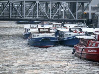 Barkassen liegen im Eis an den St. Pauli-Landungsbrücken in Hamburg. Der Elbe-Lübeck-Kanal bleibt auf rund 60 Kilometern gesperrt.