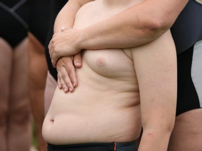 Übergewichtiges Kind im Arm der Mutter: Deutsche Kinder werden immer dicker (Archiv).