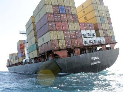 Das Containerschiff «Rena» liegt mit Schlagseite vor der Küste Neuseelands. Foto: Maritime New Zealand/Bay of Plenty Regional Council