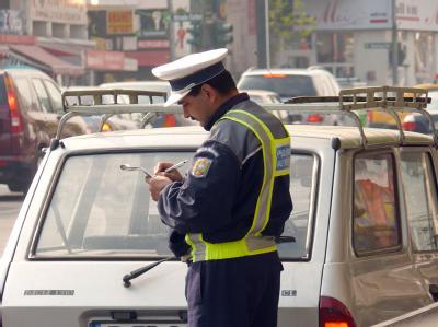 Ein Polizist schreibt im Stadtzentrum von Bukarest Falschparker auf. Wer als Autofahrer in einem EU-Ausland einen Strafzettel kassiert, muss bald damit rechnen, dass das Geld in Deutschland eingetrieben wird. (Archivbild)