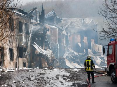 Im nordrhein-westfälischen Schieder-Schwalenberg ist eine 2000 Quadratmeter große Lagerhalle mit giftigen Flüssigkeiten in Flammen aufgegangen.