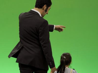 Der Bundesvorsitzende von Bündnis 90/Die Grünen, Cem Özdemir, mit seiner Tochter: Özdemir will Erzieher und Lehrer gleichstellen. (Archivbild)