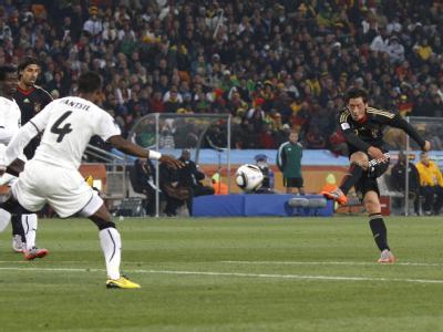 Der wuchtige Schuss von Mesut Özil zum 1:0.
