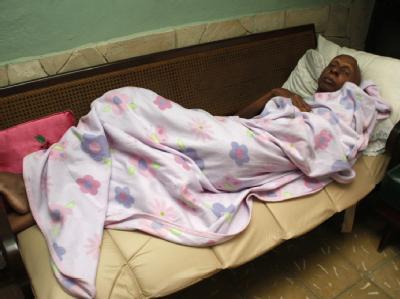 Der kubanische Dissident Guillermo Fariñas verbringt während seines Hungerstreiks die meiste Zeit in seinem Bett in Santa Clara, Kuba.