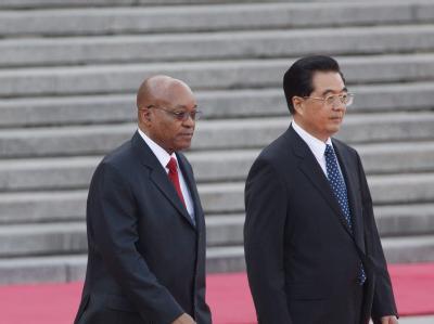 Chinas Staats- und Parteichef Hu Jintao (r) und Südafrikas Präsident Jacob Zuma wollen ihre politische und wirtschaftliche Kooperation voranbringen.